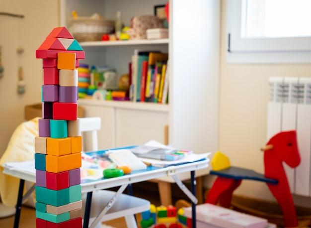Heldere kleurrijke houten blokken speelgoed. bakstenen bouwtoren, kasteel, kinderkamer als a