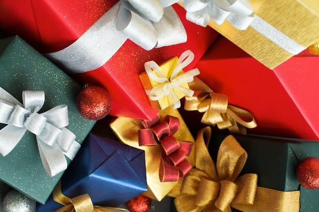 Heldere kleurrijke kerstmisgiften die samen huddling
