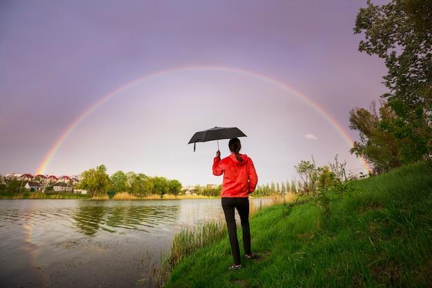 Heldere kleurrijke natuurlijke regenboog. goed voor vakantie achtergrond.