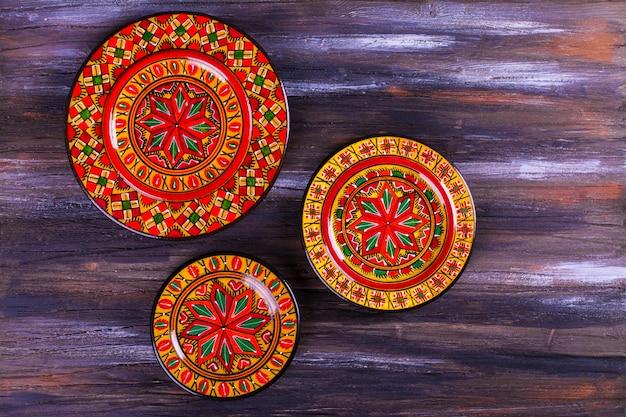 Heldere kleurrijke platen op houten veelkleurige achtergrond