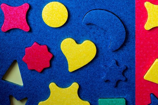 Heldere kleurrijke puzzel met geometrische vormen close-up.