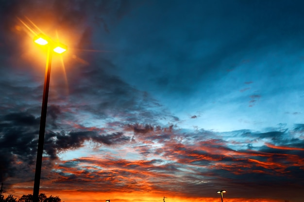 Heldere kleurrijke zonsondergang mooie wolken