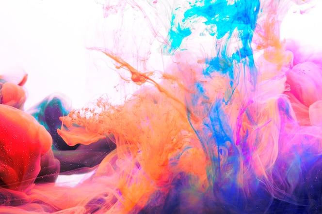 Heldere kleurstoffen mengen in water