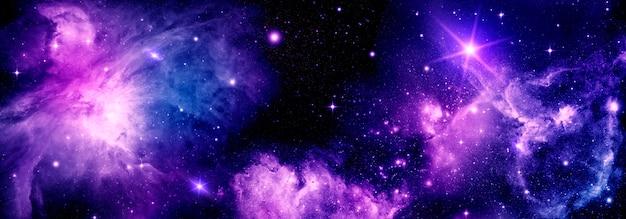 Heldere kosmische achtergrond met realistische nevel stralende sterren en sterrenstof voor ontwerp en tekst