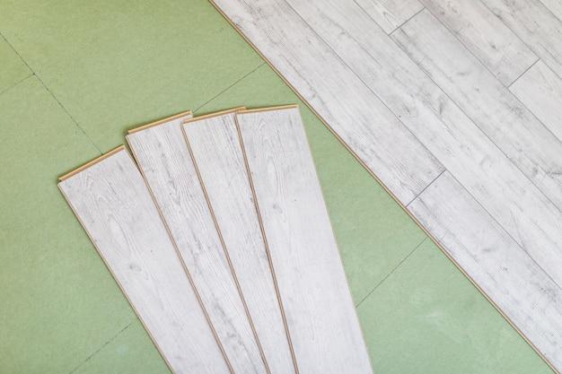 Heldere laminaatvloerplaten op grijs
