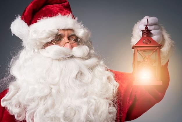 Heldere lantaarn in handen van de kerstman