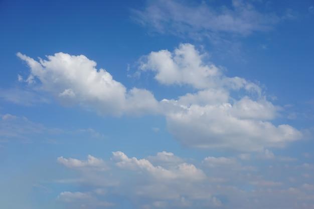 Heldere lucht en blauwe lucht met witte wolken