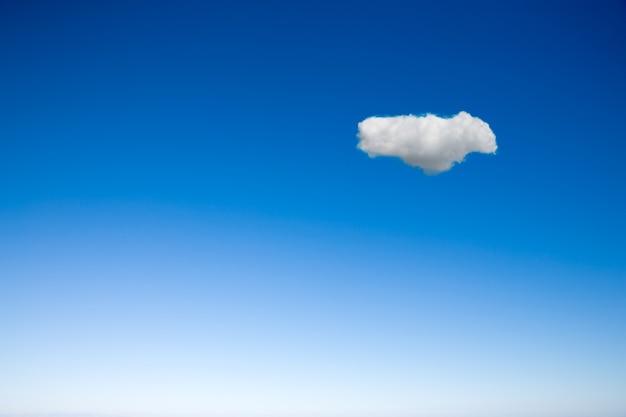 Heldere lucht met één wolk