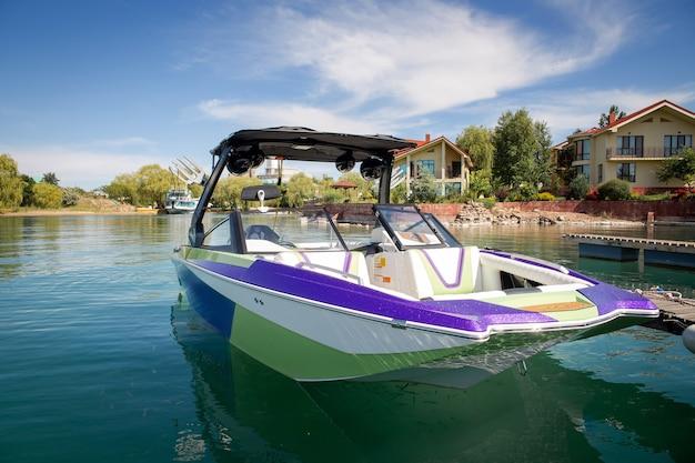 Heldere mooie boot op het water in de buurt van het recreatiegebied in de zomer.