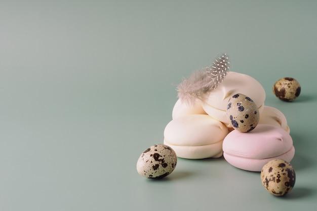 Heldere, mooie, felicitatie pasen achtergrond. paaseieren, konijn, snoep op een pastelkleurige achtergrond. gelukkig pasen. Premium Foto