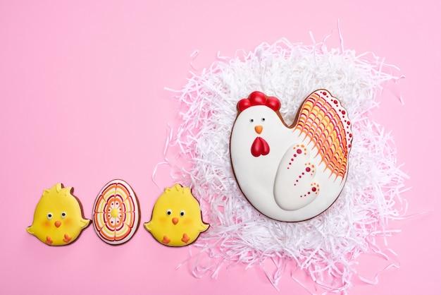 Heldere peperkoekjes in de vorm van kippen en eieren