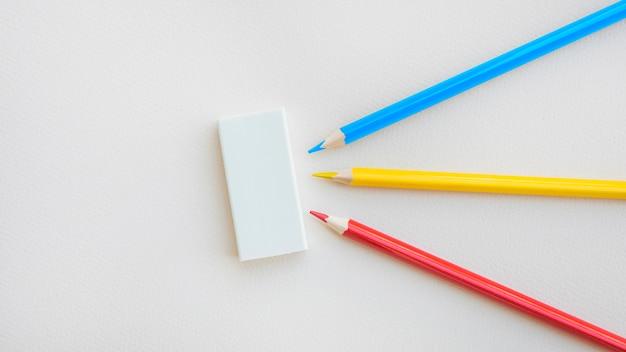 Heldere potloden die dichtbij rubber liggen