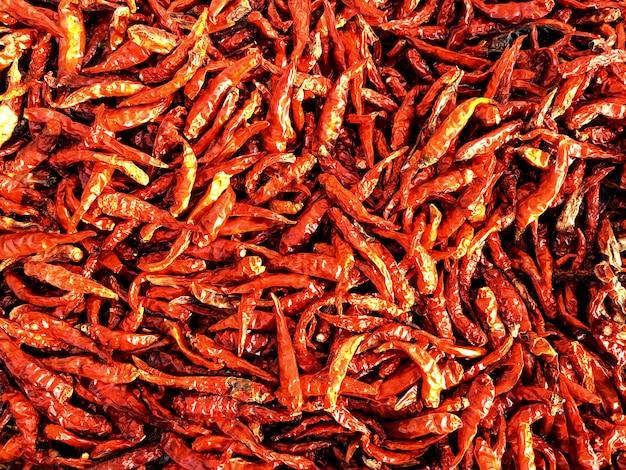 Heldere rode droge spaanse peperachtergrond, hete kruiden van het voedsel van thailand