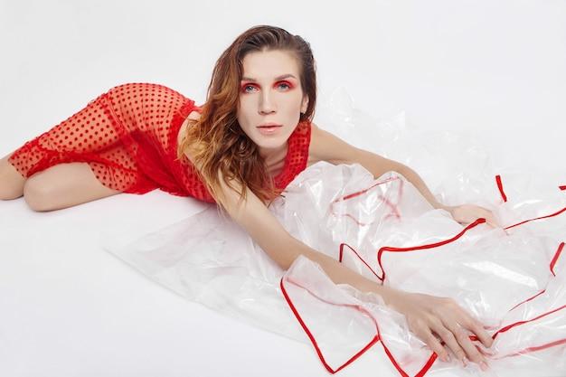 Heldere rode make-up op vrouwengezicht, natuurlijke schoonheidsmiddelen