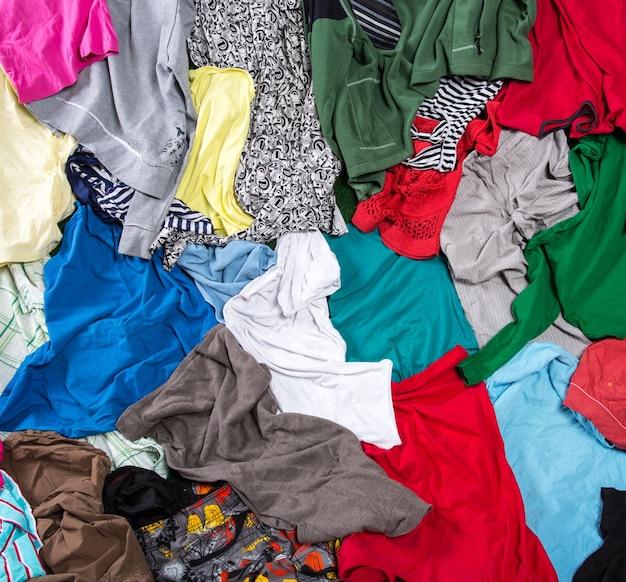 Heldere rommelige kleurrijke kledingachtergrond