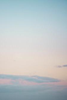 Heldere roze en blauwe hemelachtergrond