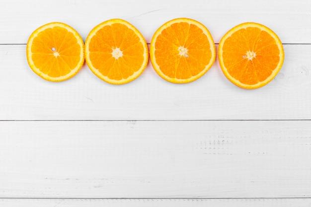 Heldere samenstelling van citrusvruchten op witte houten achtergrond