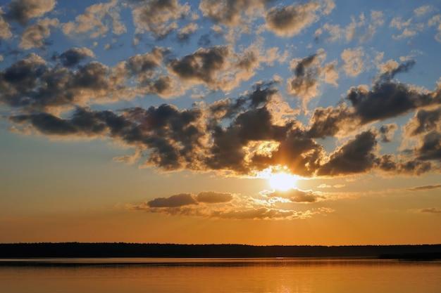 Heldere schilderachtige zonsondergang over de wateren van het meer