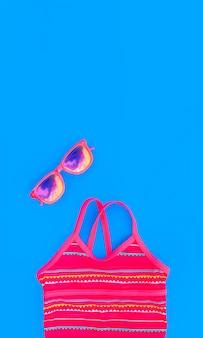 Heldere set voor een meisje voor een strandvakantie in trendy kleuren op blauw