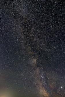 Heldere sterren aan de nachtelijke hemel. uitzicht op de melkweg en open ruimte. astrofotografie met een lange sluitertijd.