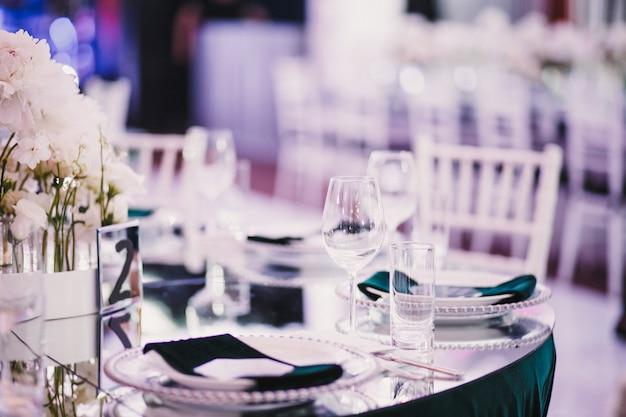 Heldere stijlvolle bruiloft tafel serveren