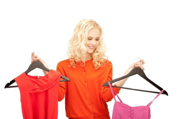 Heldere studiofoto van mooi tienermeisje met kleren