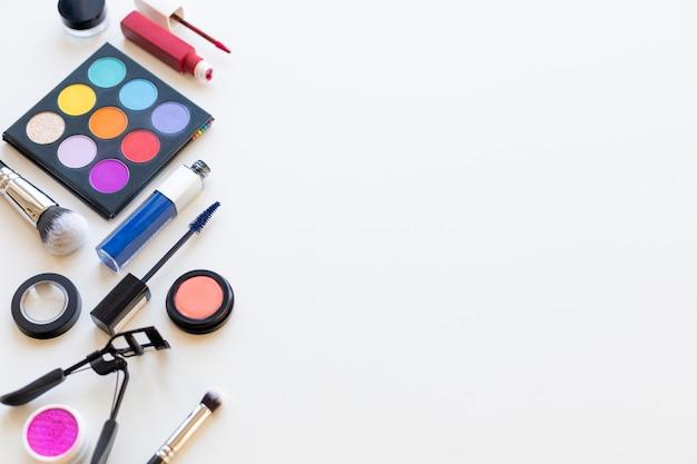 Heldere veelkleurige decoratieve cosmetica op een licht oppervlak