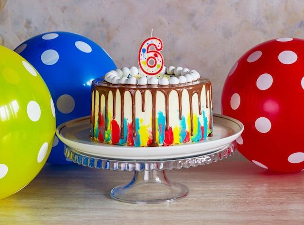 Heldere verjaardagstaart met chocolade