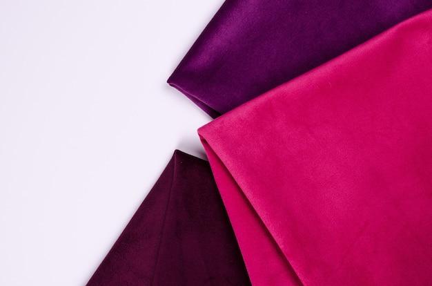 Heldere verzameling kleurrijke velours textielstalen in roze en violette kleuren. stof textuur
