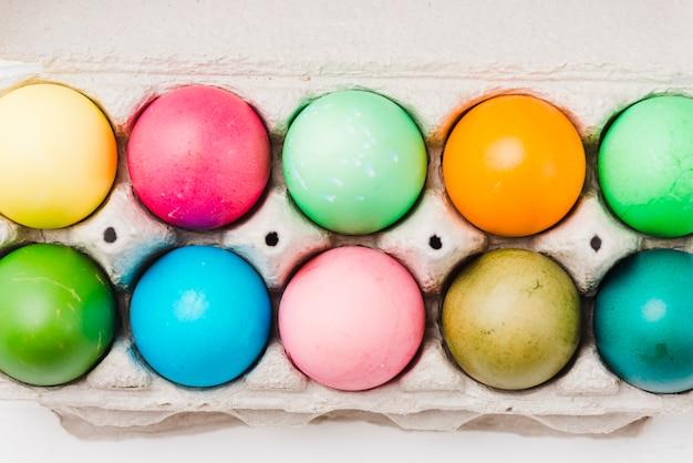 Heldere verzameling van gekleurde eieren in de verpakking