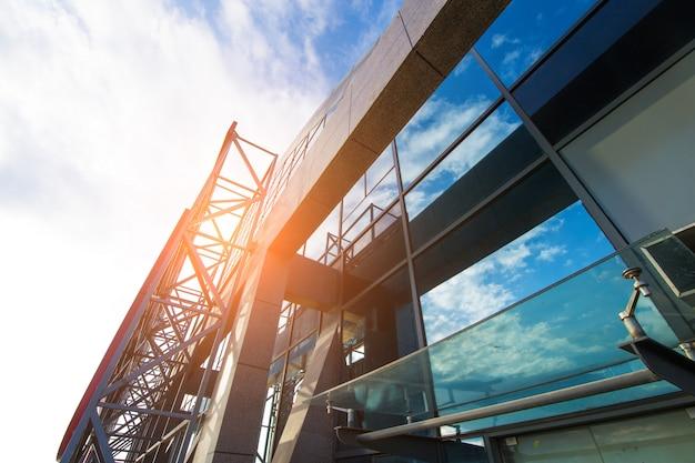 Heldere vooruitzichten voor het bedrijfsleven. modern bureaublok met zonnige mooie hemel.
