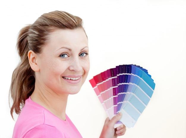 Heldere vrouw die kleuren kiest