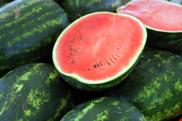 Heldere watermeloenen op de markt