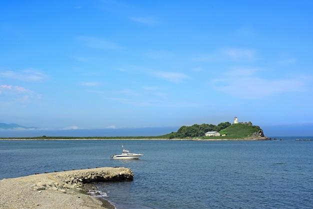 Heldere zeegezichten met een deel van de kust is de kiezelsteen