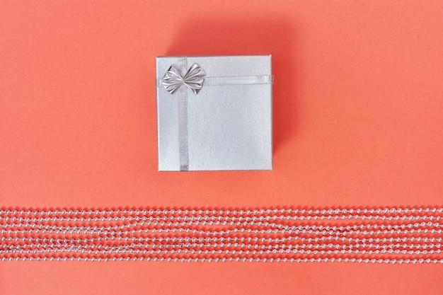 Heldere zilveren gesloten geschenkdoos