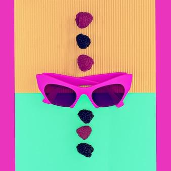 Heldere zomer. heldere mode-accessoires. crimson zonnebril glamour stijl