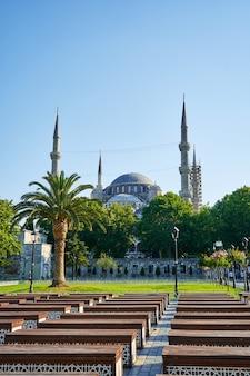 Heldere zomerdag de blauwe moskee uitzicht op sultanahmet plein in istanbul stad.