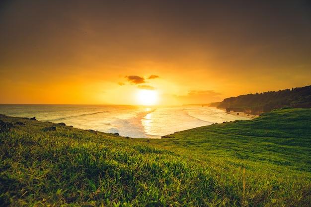 Heldere zonsondergang over de oceaan en het eiland sumba.