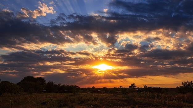 Heldere zonsondergang tussen de wolken