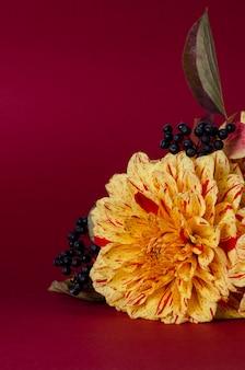 Heldergele dahlia's op een notebook tegen paars