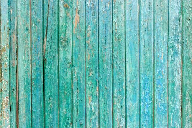 Heldergroene houten achtergrond met schilverf en verticale raad