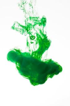 Heldergroene inktdruppel valt naar beneden