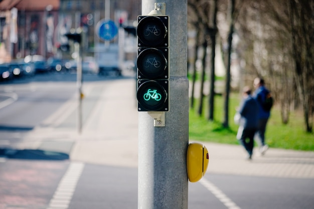 Heldergroene verkeersstraatlantaarn of signaallamp voor fiets