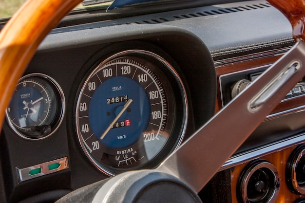 Hele dashboard met stuur van een oude alfa romeo vintage
