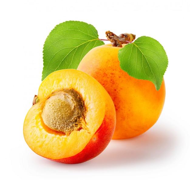 Hele en gesneden abrikozen