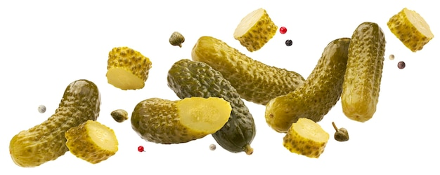 Hele en gesneden augurken, vallende gemarineerde komkommers geïsoleerd op wit