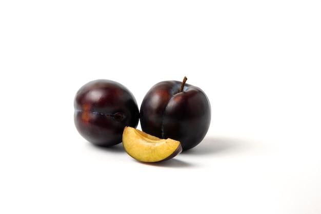 Hele en gesneden zwarte kersenpruimen