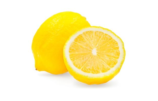 Hele en halve biologische citroen op wit geïsoleerd met uitknippad.
