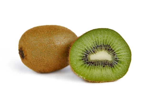 Hele en halve kiwi op een witte achtergrond