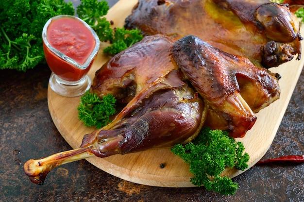 Hele gebakken afgeplatte kip met een goudbruin krokant korstje.